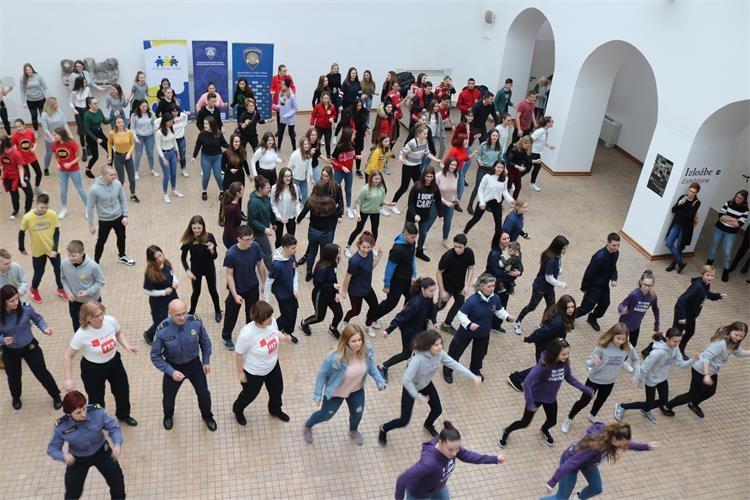 """Globalna plesna kampanja """"Milijarda ustaje"""" održana u Osijeku"""